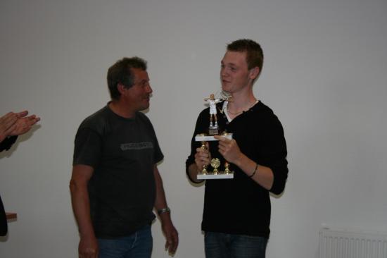 Arnaud fier de son trophée remis par Pascal