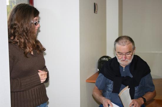 Manon en pleine discussion avec Gérard